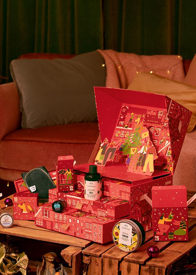 Rødjulekalender stående på et bord, med flere lekre produkter. Foto