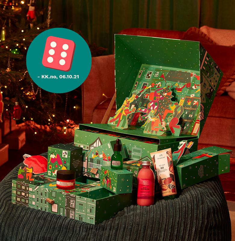 Grønn julekalender stående på et bord, med flere lekre produkter. Foto